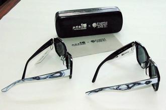 つるの部分に竜をモチーフにした大城清太さんの作品「幸流天舞」(右)と「喜竜」(左)が描かれるコラボサングラス