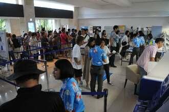 空の便が欠航し、空港カウンターに行列をつくる観光客ら=1日午前10時ごろ、石垣空港