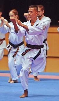 「今があるのは、空手のおかげ」片足でもぶれず 沖縄国際大会にブラジルから参加・アマラウさん