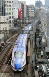 金沢へ向け、東京都心部から走り出す北陸新幹線「かがやき」=2015年撮影