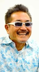 「沖縄の明るい太陽や青い海は気持ちを明るくするよね」と話すジョニー宜野湾さん=沖縄タイムス社