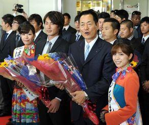 歓迎セレモニーで花束を受け取る横浜DeNAの中畑清監督(右から2人目)=那覇空港