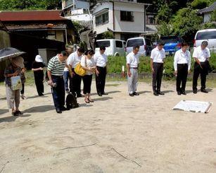 空襲で仲宗根さん一家6人が亡くなった家の跡地で黙とうする住民ら=7月28日、広島県尾道市因島三庄町(せとうちタイムズ提供)