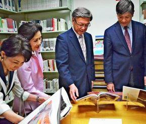 沖縄コレクションの開所を喜ぶ翁長雄志知事(右から2人目)とマイク・モチヅキ教授(右端)ら=2日、米ワシントンのジョージ・ワシントン大学