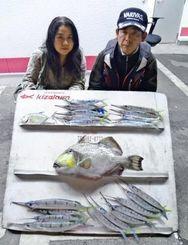 12月22日、恩納村瀬良垣漁港の岩場から2.95キロのモンガラカワハギやサヨリなどを数釣りした川上裕さん(右)