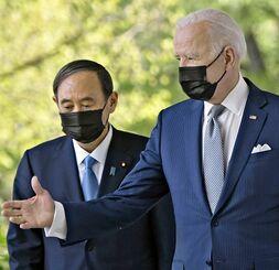 会談後、共同記者会見に向かうバイデン米大統領(右)と菅首相=16日、ワシントンのホワイトハウス(共同)