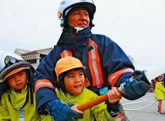 放水体験を通して、防火の大切さを学んだ島尻消防フェスタ=14日、南城市玉城屋嘉部の同消防本部