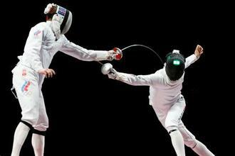 男子エペ団体決勝 ROC選手(左)からポイントを奪う宇山賢=幕張メッセ