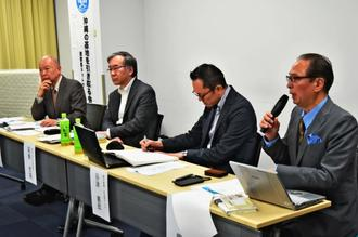 公開集会で講演する東京新聞論説委員の白鳥龍也さん(右)ら=6日午後、東京都新宿区
