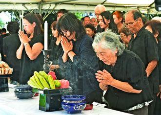 対馬丸慰霊祭で犠牲者に焼香する参列者=22日午前、那覇市・小桜の塔(国吉聡志撮影)