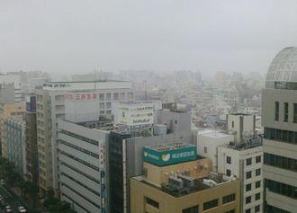 午後3時50分ごろの那覇市久茂地。雨が降ってます。