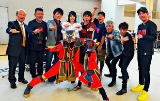 「闘牛戦士ワイドー」の主題歌を披露したHYのメンバーと出演者ら=日、うるま市・石川多目的ドーム