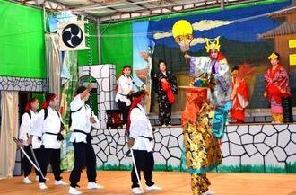 組踊「忠臣護佐丸」。護佐丸が阿麻和利に襲われる場面=14日、宜野湾市野嵩のあしびなー公園