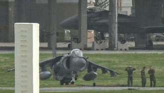 エンジン調整する米海兵隊のAV8Bハリアー(手前)=27日午後2時27分、嘉手納基地(読者提供)