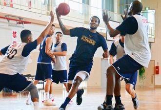 実践形式の練習で攻守を確認するキングスの選手=4日、宜野湾勤労者体育センター