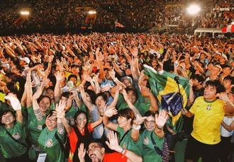 フィナーレでカチャーシーで盛り上がる世界のウチナーンチュ大会の参加者=30日午後、那覇市(下地広也)