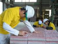 きょう3月18日は「点字ブロックの日」 沖縄でシェア9割の工場では知的障がい者が製造