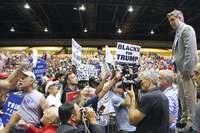 「トランプ!トランプ!」殺気立つ集会、一触即発 米中間選挙まで3カ月