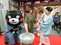 くまモンと石川さゆりさん餅つき 熊本復興願い、福岡・博多