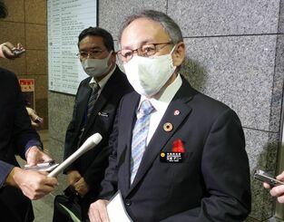 岸信夫防衛相との面談後、記者団の取材に応じる玉城デニー知事=7日、防衛省