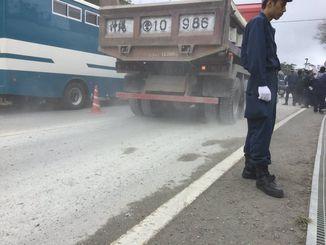 トラックが運搬する砂利が散乱した県道70号=10日午前、東村高江