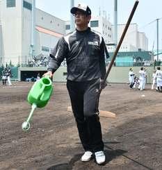 2軍の試合前にグラウンド整備する渡真利克則さん=17日、兵庫県西宮市の阪神鳴尾浜球場(當山学撮影)