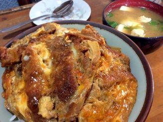 カツ丼500円。味噌汁つきです。