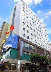 那覇市久茂地の国際通り沿いに8日開業するホテルアベストの外観=4日、那覇市久茂地