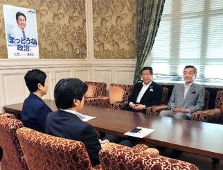 会談する自民党の森山国対委員長(右から2人目)と、立憲民主党の辻元国対委員長(左端)ら=16日午後、国会