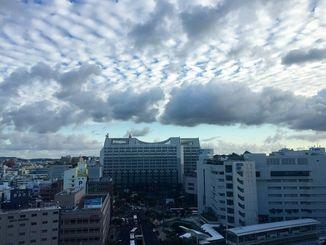 もう師走ですね。那覇市の空は雲が広がっています