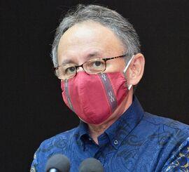 新型コロナウイルスの県内感染者拡大で、8月1日から県独自の緊急事態宣言を発令すると述べる玉城デニー知事=31日午後7時半すぎ、県庁