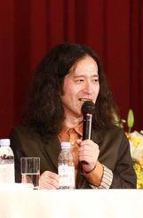 作品の創作からプライベートの話題を語った又吉さん=17日、那覇市のパシフィックホテル沖縄