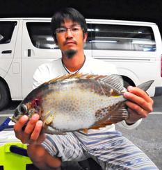 浜比嘉島で42センチ、1.16キロのカーエーを釣った大庭弘也さん=5月13日