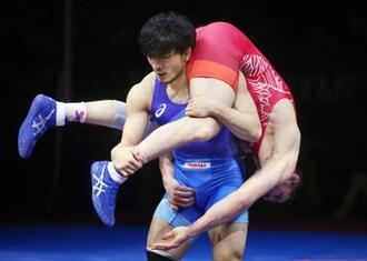 男子フリー86キロ級準決勝 ポーランド選手を攻める高谷惣亮=ソフィア(ロイター=共同)
