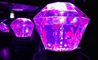 多面体の水槽はダイヤモンドの輝きのよう