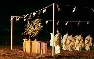 島根県出雲市の稲佐の浜で営まれた「神迎神事」=24日夜