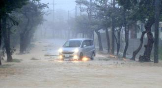 台風18号による大雨で道路が冠水し、立ち往生する車両=13日午後3時49分、宮古島市平良下里