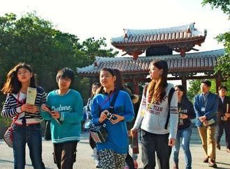 首里城を訪れた神戸の子どもたち=11日、那覇市・守礼門