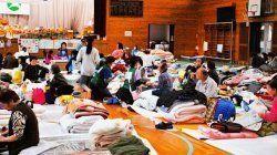 地震発生から12日後。体育館には多くの避難者が身を寄せていた=4月26日、西原村の河原小学校体育館(浦崎直己撮影)