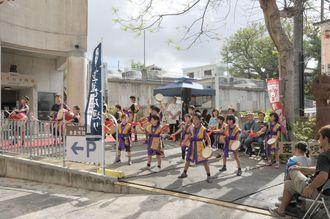 壺屋小学校の生徒と壺屋シーサー太鼓の演舞