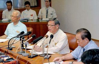 国地方係争処理委員会への審査申し出について、記者の質問に答える翁長雄志知事(中央)=2日午後5時すぎ、県庁