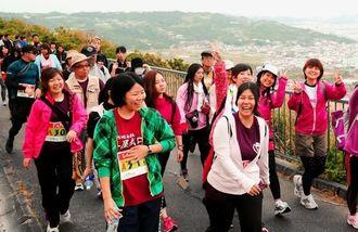 景観を楽しみながら家族や友人同士で歩く参加者=南城市佐敷新里・沖縄のみち自転車道(松田興平撮影)
