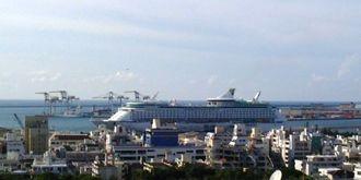クルーズ船が寄港してます。めんそーれ。