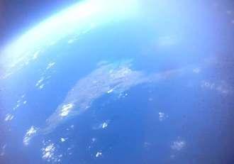 宮古工業高校のチームが撮影した「宇宙から見た宮古島」(岩谷技研提供)
