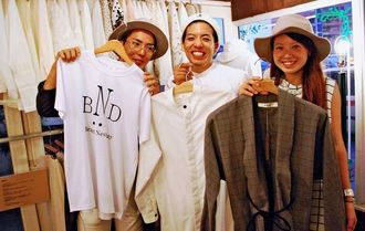 浮島通りに3日間限定ショップを開店、一押しアイテムを紹介する「インターナショナルデザインアカデミー」2年の(右から)古野遙さん、金城有作さん、呉屋雄介さん=23日、那覇市内
