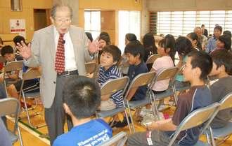 命や生きることについて、子どもたちに講演する日野原さん=2011年4月、那覇市立銘苅小学校
