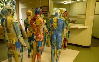 過去の精神科病棟で実際にあった整列や集団行動の様子を、病院の一角に再現したモニュメント。入院患者と看護師らで制作した