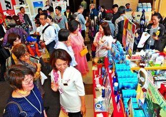最終日まで多くの来場者が買い物を楽しんだ「久米島町 観光・物産と芸能フェア」=13日、那覇市久茂地・タイムスビル