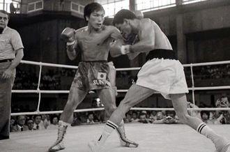 オルテガと打ち合うフリッパー上原(左)=1977年5月29日、奥武山体育館
