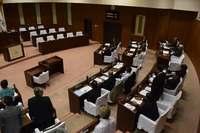 うるま市議会、県民投票の予算案を否決 市長は再議検討